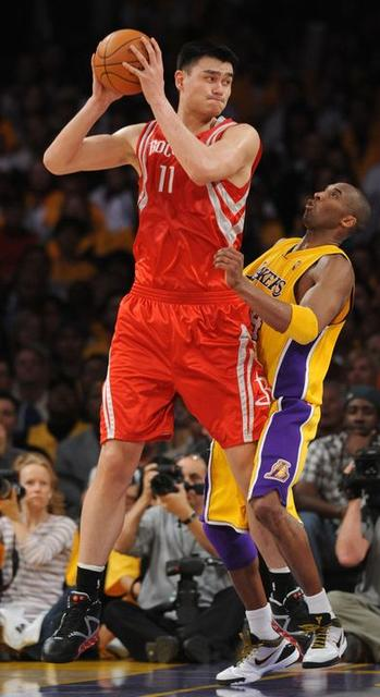 Funny picture of Kobe Bryant trying to guard Yao Ming inside.JPG