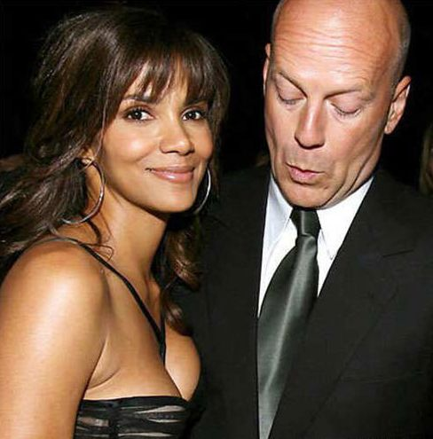 Funny photo of Bruce Willis staring at Halle Berry's boobs.JPG